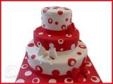 Hochzeitstorte mit rot weiß Punkten und Schleife