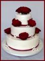Hochzeitstorte echte Rosen rot bordeaux
