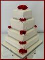 Hochzeitstorte echte Rosen rot quadratisch.