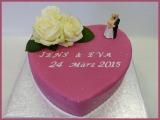 Hochzeitstorte rosa herzförmig Rosen