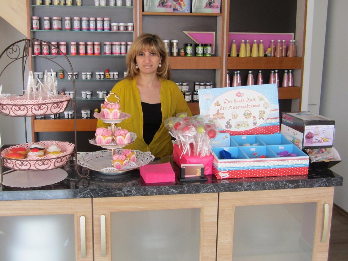 Anna Meier im Tortendeko-Shop