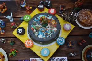 Skylanders Torte mit Cupcakes und Figuren