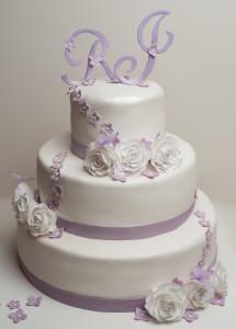 Hochzeitstorte mit weiß violetten Rosen